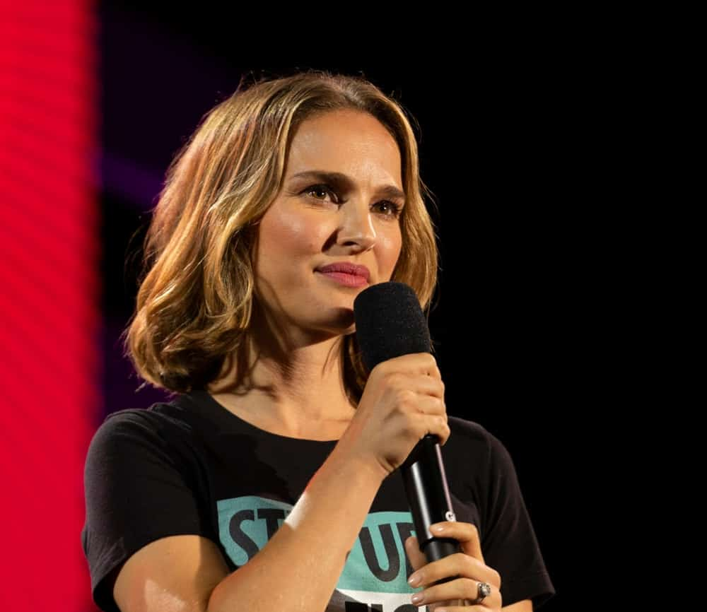 On September 28, 2019, Natalie Portman spoke on stage during the 2019 Global Citizen Festival at Central Park, New York. She wore a simple and casual shirt that was complemented by her lovely sandy blond wavy shoulder-length hair.