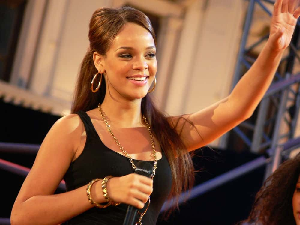Way back in June of 2006, Popstar Rihanna was in one of her first appearances, performing the song SOS at Festivalbar television show in italy. She wore a simple black outfit to pair with her long brunette half up hairstyle.