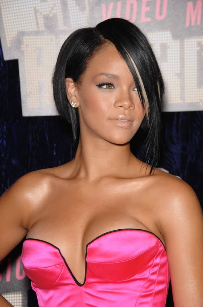 Rihanna was at the 2007 MTV Video Music Awards at the Palms resort & Casino, Las Vegas on September 9, 2007. She wore a stunning and sexy pink outfit that pairs quite well with her raven straight bob hairstyle with a long side-swept bangs.