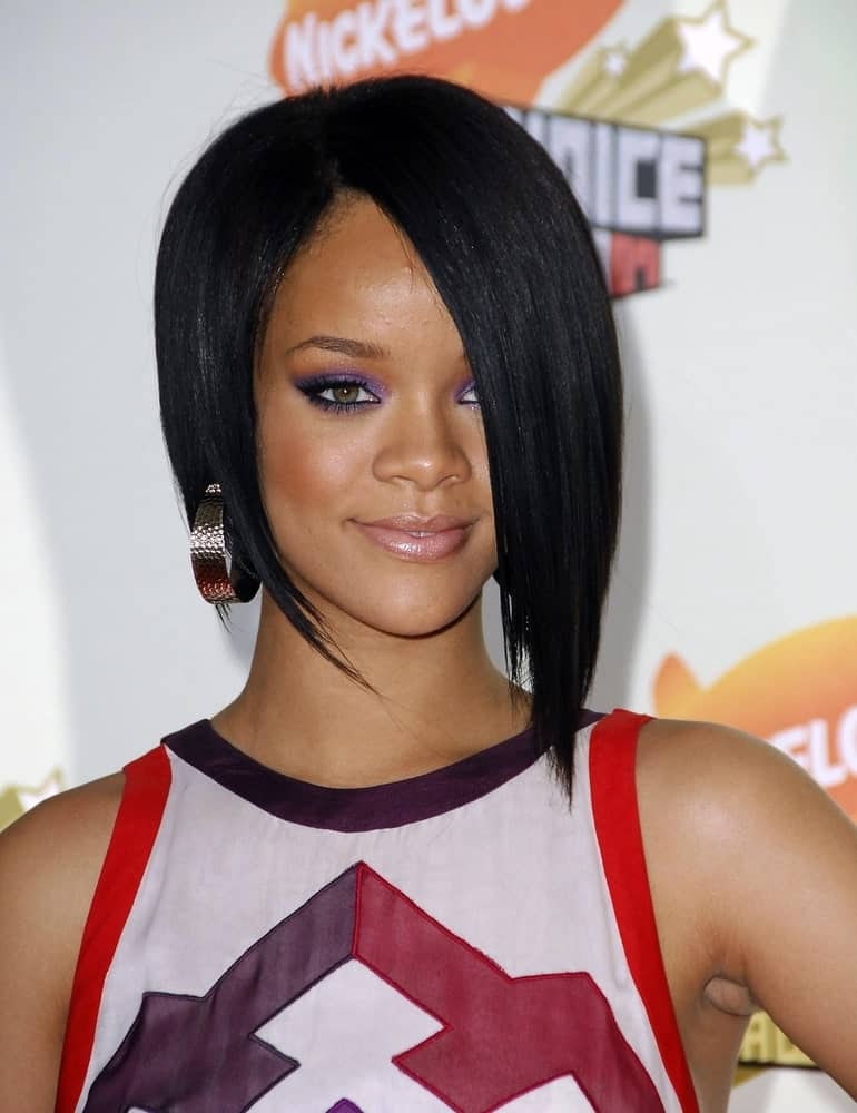 Rihanna attended the 2007 Nickelodeon's Kids Choice Awards in UCLA Pauley Pavilion, Los Angeles on March 31, 2007. She came wearing a simple white outfit with colorful details and short and straight bob hairstyle with long side-swept bangs.