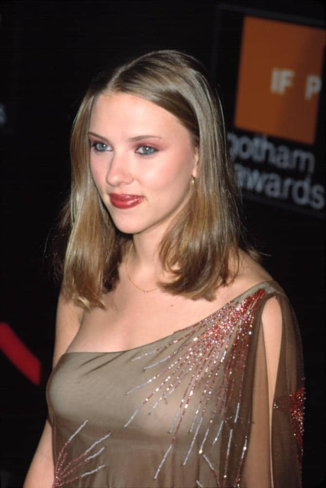 Scarlet Johannson kept it simple and lovely in her nude dress that she paired with a shoulder-length side-swept hairstyle at the IFP GOTHAM AWARDS in New York on October 1, 2001.
