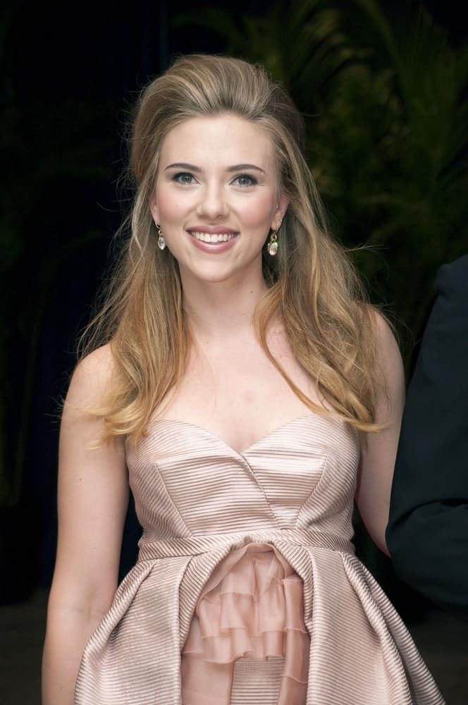 Scarlett Johansson wore a gorgeous and classy cocktail dress that she paired with her half-up hairstyle that has highlights and wavy layers at the White House Correspondents' Association Annual Dinner, Washington Hilton Hotel in Washington, DC on May 1, 2010.