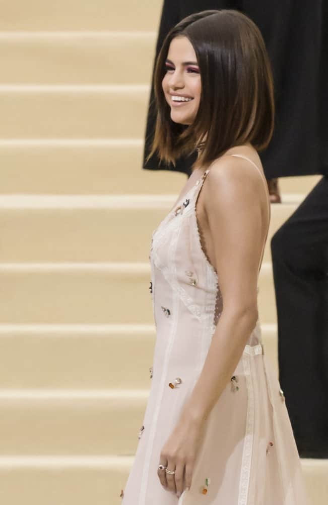 On May 01, 2017, Selena Gomez attended the 'Rei Kawakubo/Comme des Garcons: Art Of The In-Between' Costume Institute Gala at Metropolitan Museum of Art. She looked stunning in her champagne dress and loose short straight silky hairstyle.