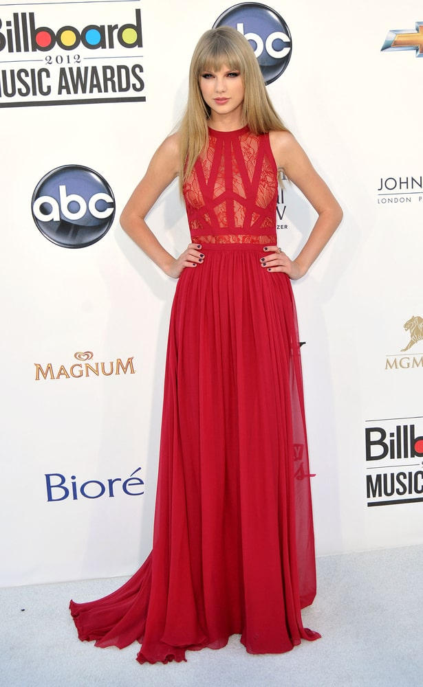 The singer-songwriter paired her flowy red dress with a simple straight hairstyle and bangs at the 2012 Billboard Music Awards held on May 20th.