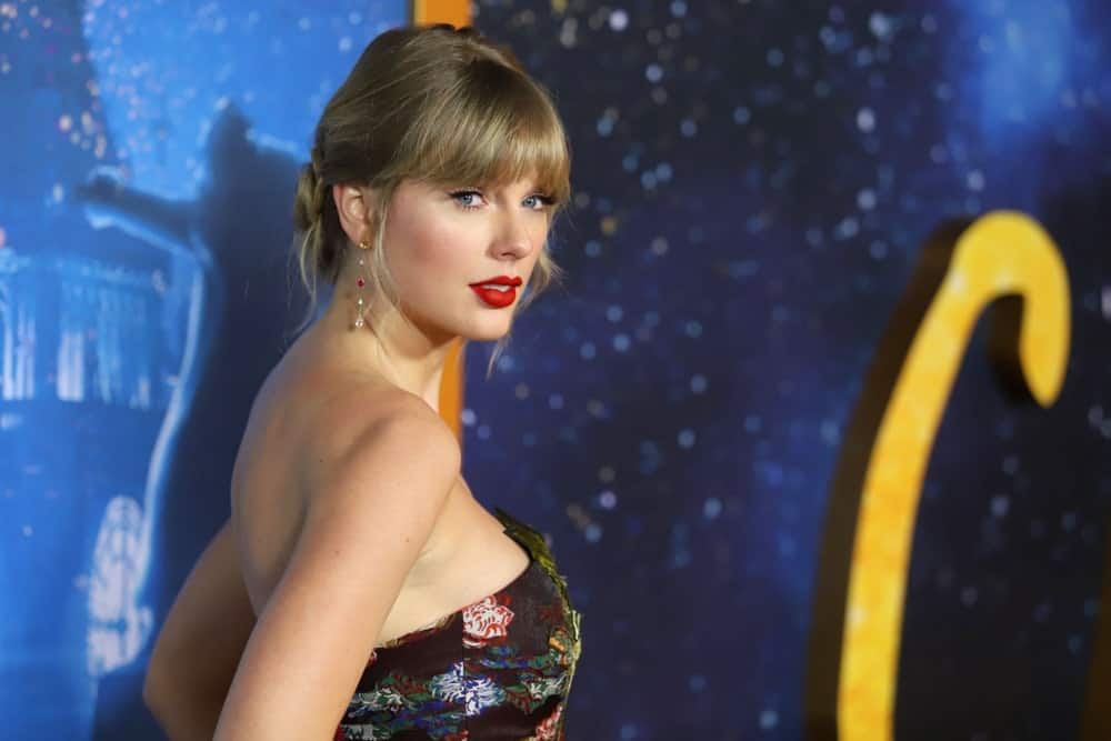 Taylor Swift had a stylish low bun incorporated with side tendrils and fringe at the premiere of