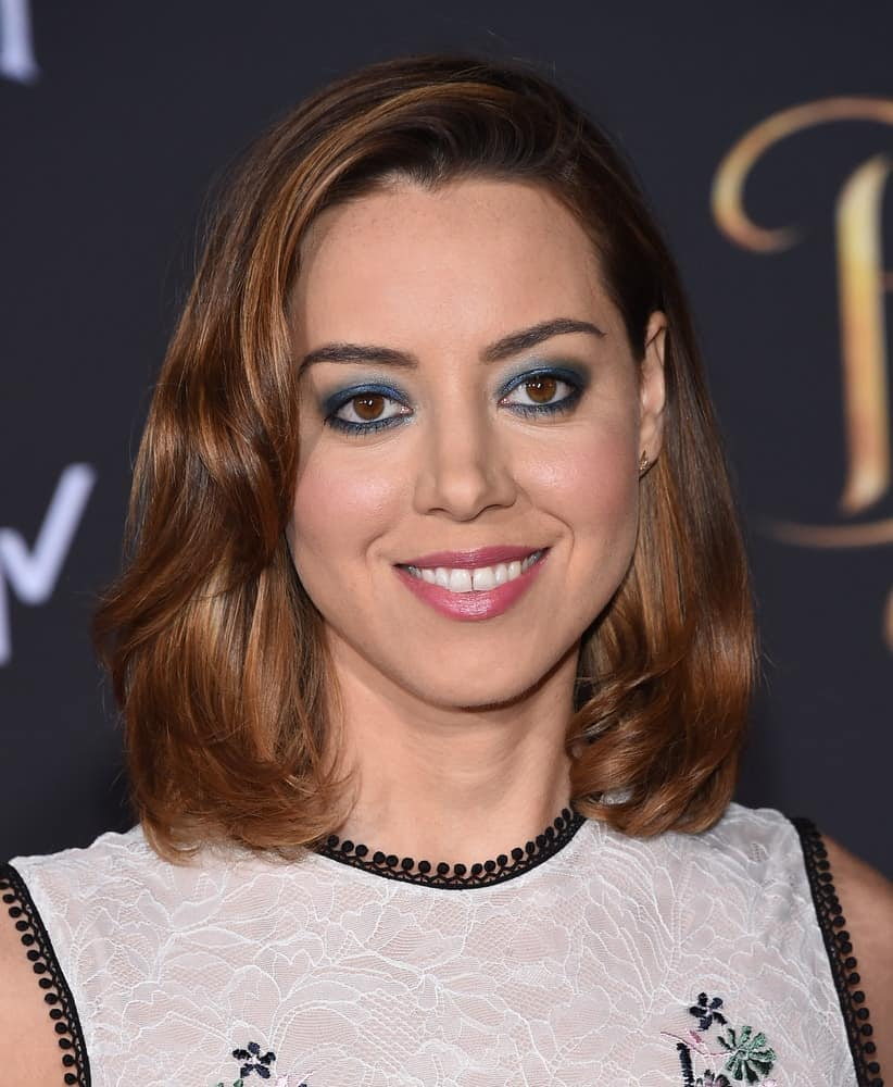 Aubrey Plaza Looked Demure In An Embroidered Sleeveless Lace Dress And Framed Her Fresh Face With A Flippy Medium Layered Bob Hairstyle At The Beauty