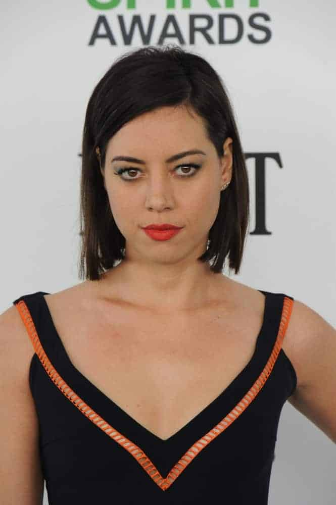 On March 1, 2014, Aubrey Plaza attended the 2014 Film Independent Spirit Awards on the beach in Santa Monica, CA. She was stunning in a black dress that went well with her chin-length raven hairstyle that has long side-swept bangs.
