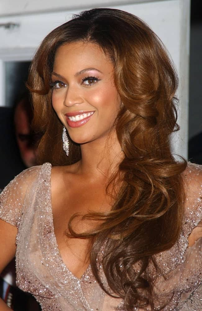 Beyonce looked gorgeous in a sheer gown that she paired with her long voluminous waves at the DREAMGIRLS New York Premiere held on December 4, 2006.