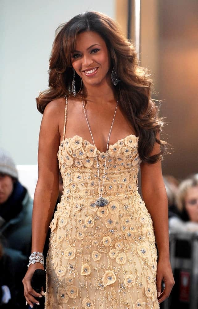 Beyonce Knowles during her show for NBC Today on December 4, 2006, sporting her long side-parted waves that perfectly goes with her floral embellished dress.