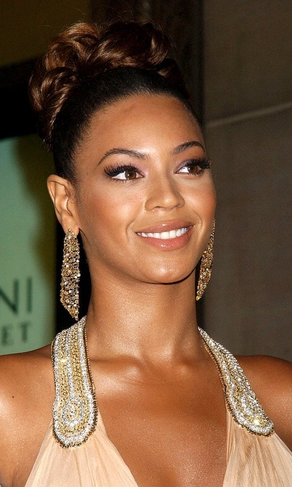 Beyonce was simply elegant in a stylish high bun that she paired with gorgeous dangling earrings during the American Foundation for AIDS Research amfAR Benefit Gala held on January 31, 2007.