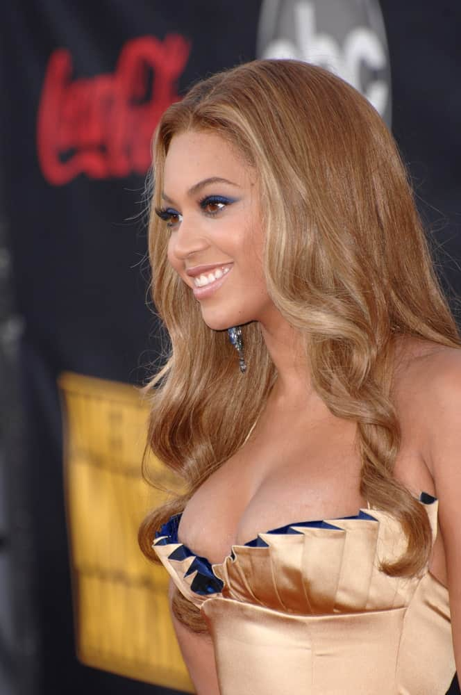 Beyonce looked ravishing in a nude ruffle dress paired with her spiral waves at the 2007 American Music Awards at the Nokia Theatre, Los Angeles last November 19, 2007.