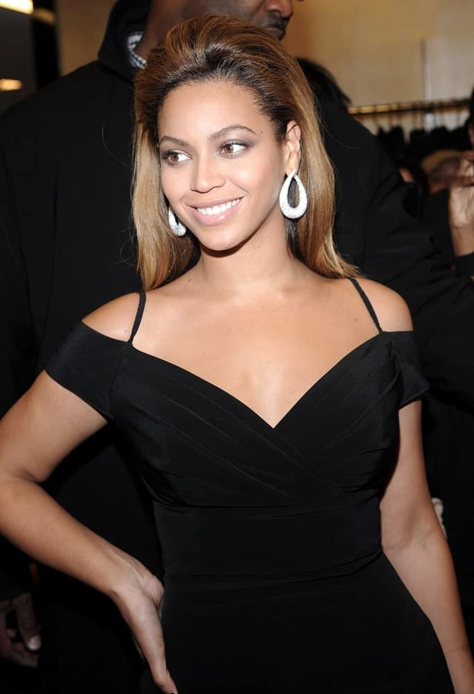 Beyonce Knowles exhibited a classy look with her voluminous slicked back hair at HOUSE of DEREON Collection Launch on October 28, 2008, at Bloomingdale's Department Store, New York, NY.