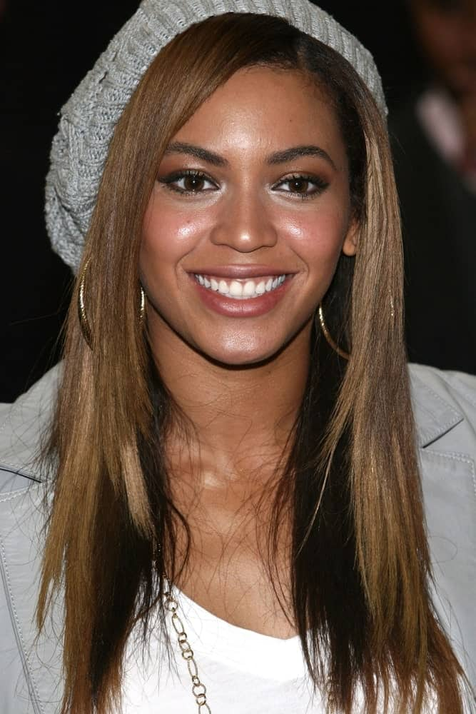 Beyonce was spotted at the Mesa Arts Academy on February 14, 2009, where she donates 150 Musical Instruments to School Children. She was wearing her casual attire along with her layered hair that's incorporated with a beanie.