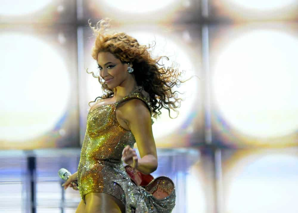 Beyonce Knowles while performing at Rio de Janeiro-Brazil last October 18, 2011. She stuns in a sparkling outfit along with her blonde curly locks that gracefully sway as she dances.