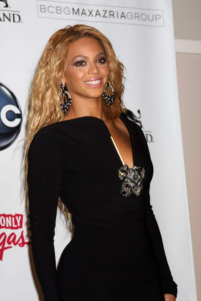 On May 22, 2010, Beyonce attended the 2011 Billboard Music Awards at MGM Grand Garden Arena wearing a long sleeve black dress that she paired with her long blonde curly hairstyle.