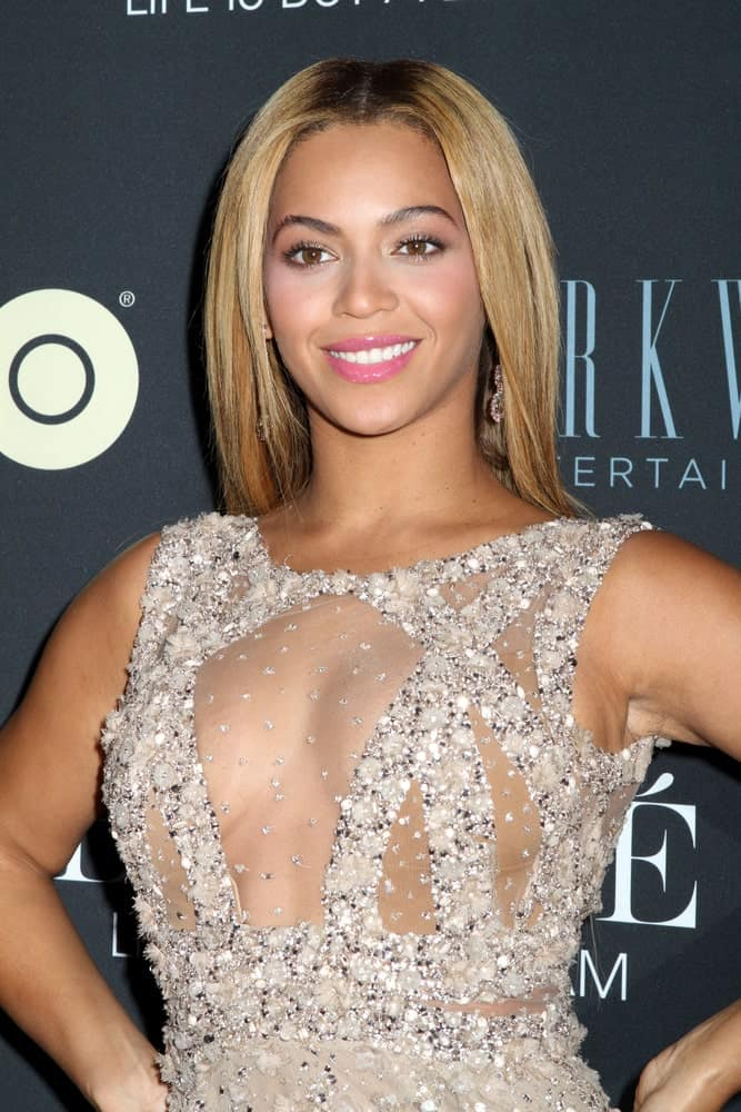 Beyonce Knowles showed off her simple straight hair with dark roots as she attends the premiere of