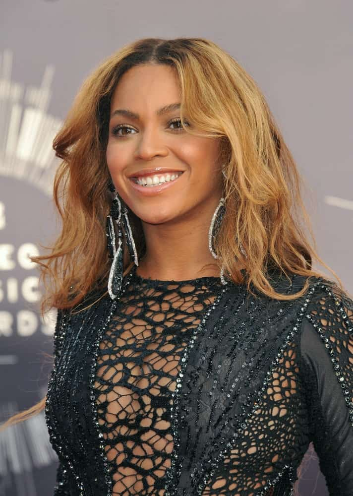 Singer Beyonce Knowles exhibited a sexy aura with her sultry black dress and her mid-length locks styled with blonde beach waves. This look was worn at the 2014 MTV Video Music Awards at the Forum, Los Angeles on August 24, 2014.
