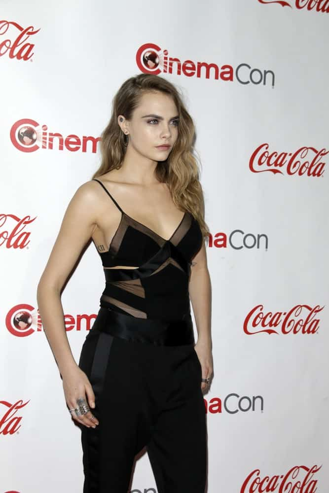 Cara Delevingne was at the CinemaCon Big Screen Achievement Awards at the Caesars Palace on April 23, 2015 in Las Vegas, NV. She paired her casual all-black outfit with a sexy side-swept loose hairstyle that has waves and highlights.