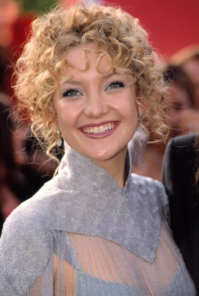 Kate Hudson wore a Chloe dress by Stella McCartney at the Academy Awards on March 25,2001. She paired this gorgeous dress with a brilliant smile and half-up hairstyle that has loose curly bangs and tendrils with a vintage look to it.