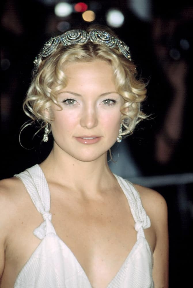 Kate Hudson wore a lovely white Stella McCartney dress that she paired with her bun hairstyle incorporated with a headband and some loose curly bangs at Metropolitan Museum of Art Goddess Gala in New York on April 28, 2003.