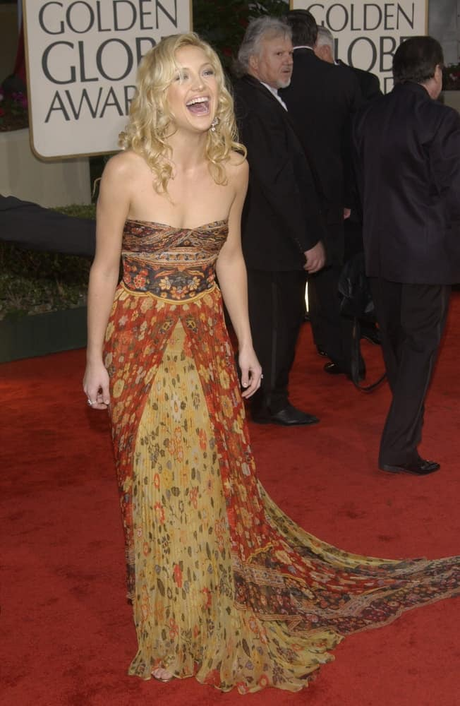 Kate Hudson wore a beautiful strapless long dress with her side-parted curly blond hairstyle loose on her shoulders at the Golden Globe Awards at the Beverly Hills Hilton Hotel on January 19, 2003.