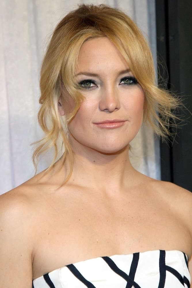 Kate Hudson attended the BRIDE WARS Premiere held at the AMC Loews Lincoln Square Theatre in New York, NY on January 05, 2009. She came wearing a white and black strapless dress that emphasized her neckline along with her messy upstyle that has loose curtains bangs and tendrils.