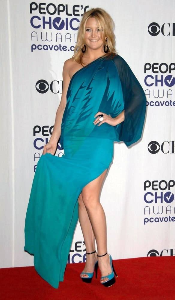 Kate Hudson wore a blue Gucci dress and Giuseppe Zanotti shoes at the 35th Annual People's Choice Awards held at the Shrine Auditorium in Los Angeles on January 07, 2009. She paired this with a loose and tousled sandy blond hairstyle with layers.