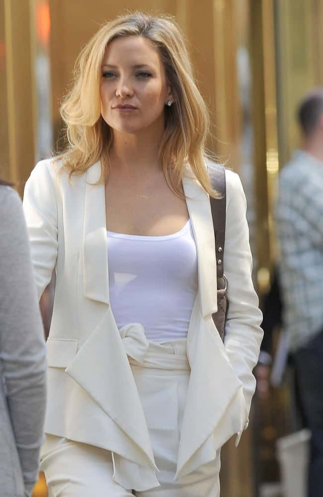 Kate Hudson was on location film shoot for SOMETHING BORROWED at the Park Avenue in New York, NY on May 4, 2010. She was seen wearing an all white casual outfit that she paired with a tousled and loose blond layers.