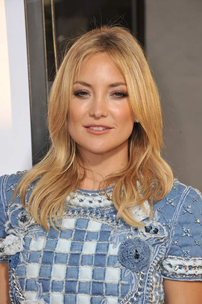 Kate Hudson's center-parted layered and loose sandy blond hairstyle paired quite well with her denim-colored patterned dress at the Los Angeles premiere for her HBO film