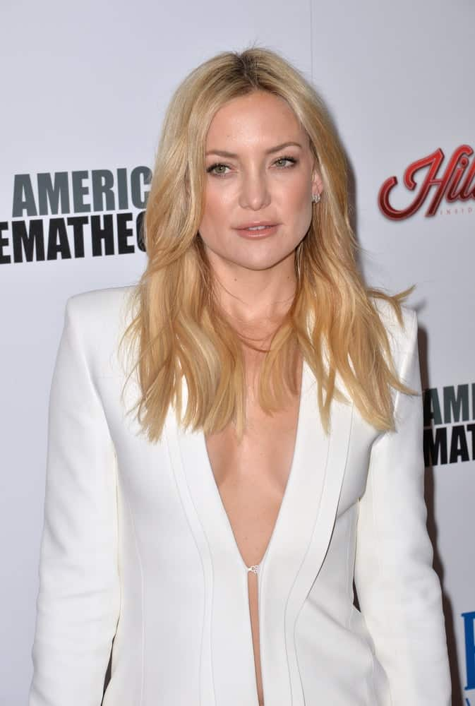 On October 30, 2015, actress Kate Hudson emphasized her loose and tousled sandy blond hairstyle with layers at the American Cinematheque 2015 Award Show, honoring Reese Witherspoon & Jeffrey Katzenberg, at the Hyatt Regency Century Plaza Hotel.