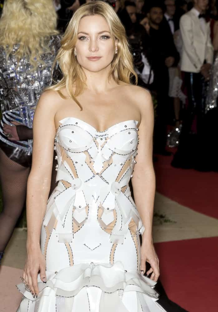 On May 2, 2016, Kate Hudson attended the Manus x Machina Fashion in an Age of Technology Costume Institute Gala at the Metropolitan Museum of Art. She was quite stylish in her white dress costume that she paired with her long, wavy and layered blond hairstyle.