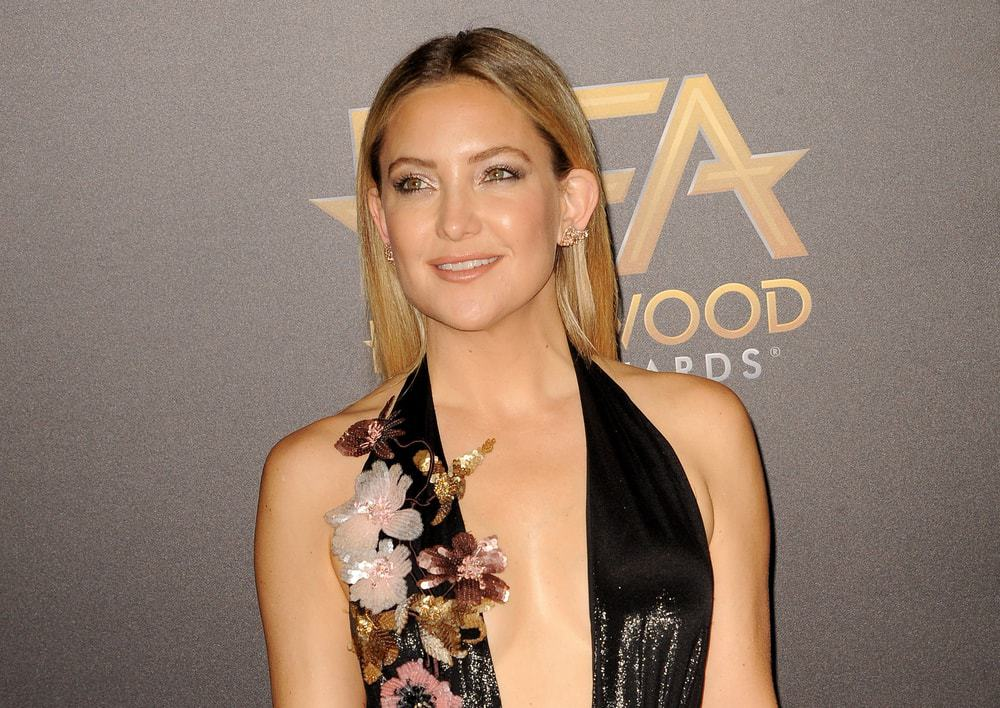 Kate Hudson was at the 20th Annual Hollywood Film Awards held at the Beverly Hilton Hotel in Beverly Hills, USA on November 6, 2016. She wore a stunning black sequined dress with floral details and paired it with her long and straight loose hairstyle with highlights.