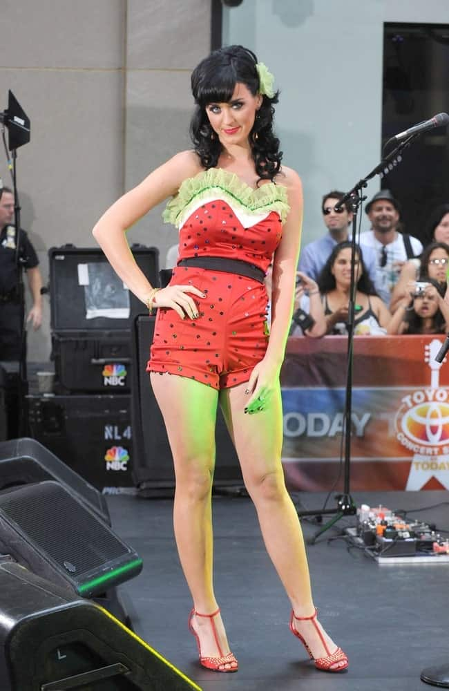 Katy Perry on stage for Summer Concert Series on NBC Today Show last August 29, 2008 rocking a curly half updo with thick side bangs.