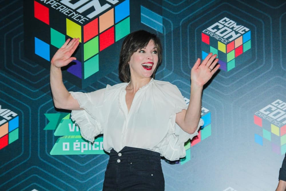 On December 02, 2016, actress Milla Jovovich attended a panel at Comic Con Experience in Sao Paulo. She was seen wearing a white blouse with her red lips and chin-length layered hairstyle with bangs.