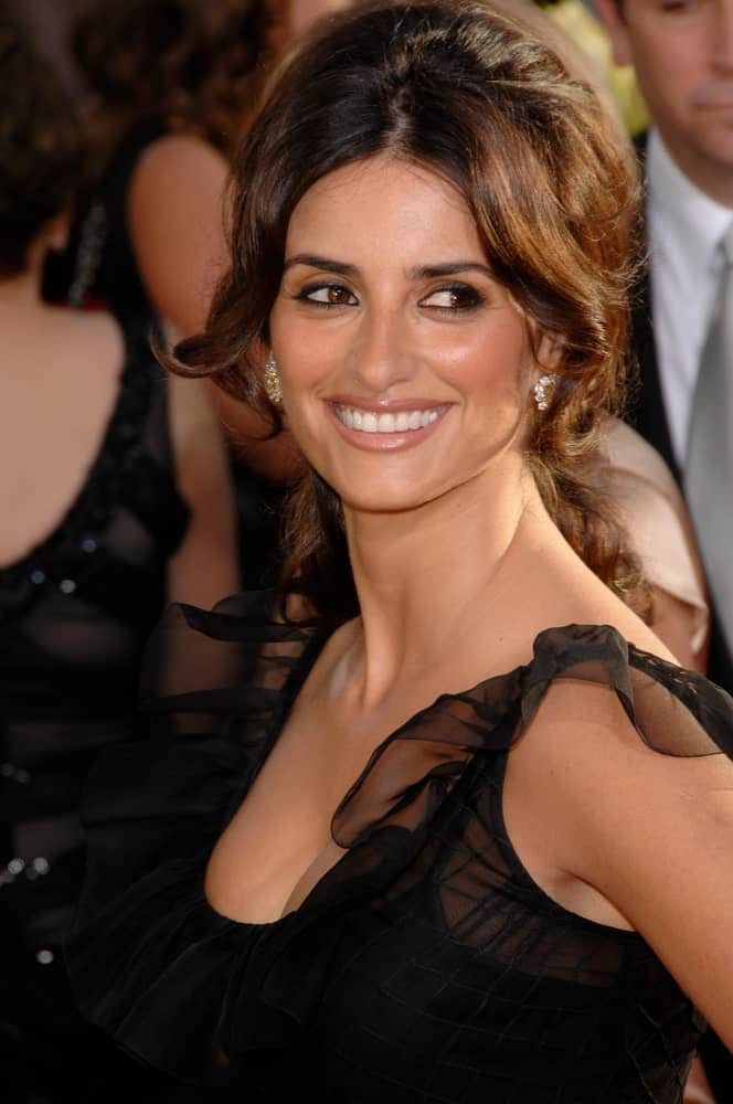 Penelope Cruz looks ravishing in a bouffant updo with curly strands and long bangs worn at the 64th Annual Golden Globe Awards last January 15, 2007.
