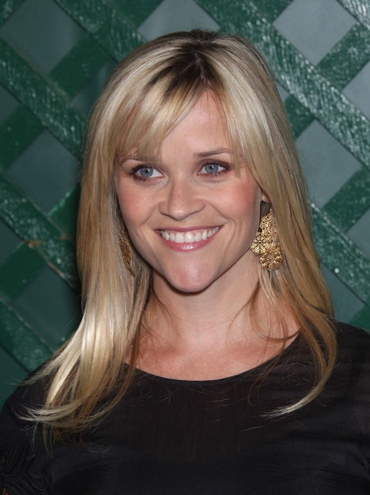 Reese Witherspoon was quite lovely with her simple black outfit and medium-length blond hairstyle with highlights and bangs when she arrived at the