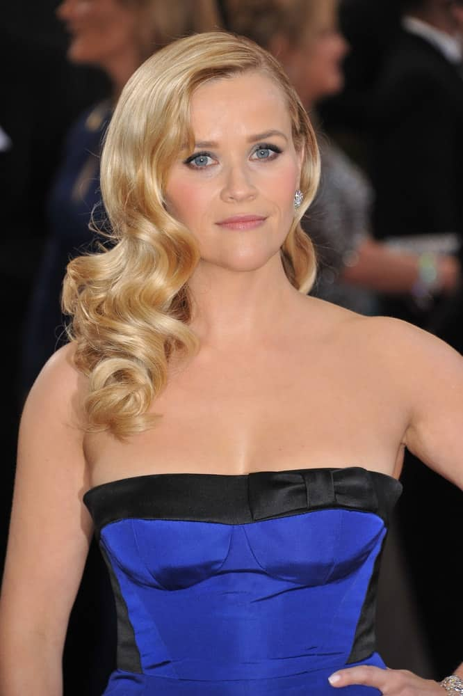 Reese Witherspoon was at the 85th Academy Awards at the Dolby Theatre, Hollywood on February 24, 2013 in Los Angeles, CA. Her Black and blue strapless dress paired quite perfectly with her long side-swept sandy blond hairstyle with vintage curls and layers.