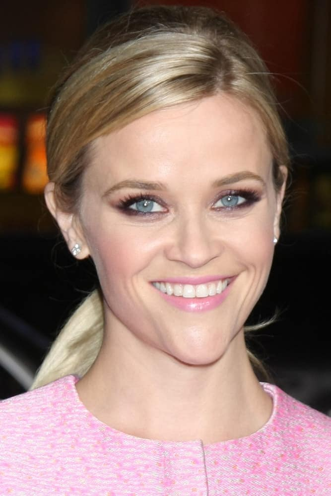 Reese Witherspoon wore a cute and charming pink short dress that she paired well with her simple make-up and low blond ponytail with highlights at the