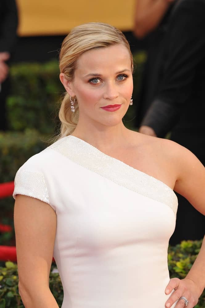 On January 25, 2015, Reese Witherspoon wore a simple yet elegant white dress with her sandy blond ponytail hairstyle with a neat and slick finish at the 2015 Screen Actors Guild Awards at the Shrine Auditorium.