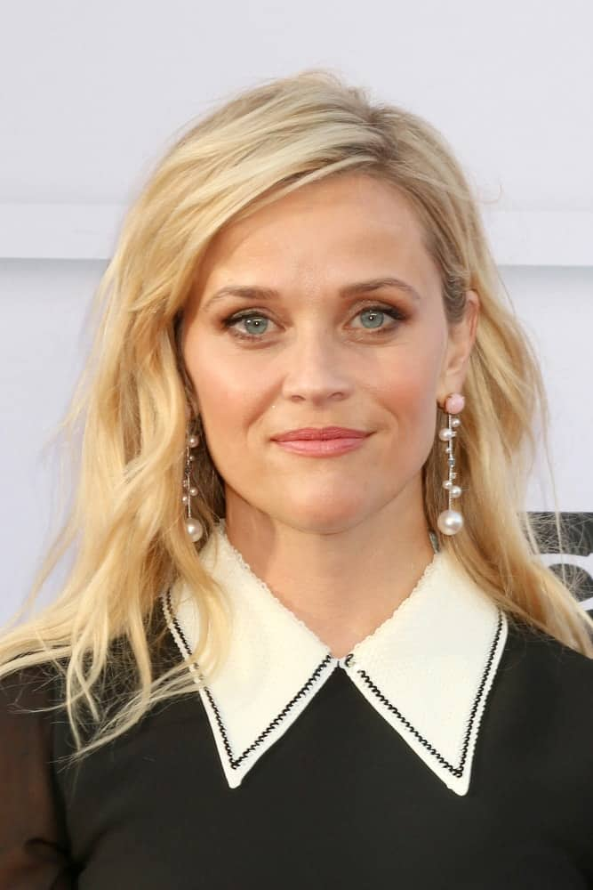 Reese Witherspoon was at the American Film Institute's Lifetime Achievement Award to Diane Keaton at the Dolby Theater on June 8, 2017 in Los Angeles, CA. She wore a simple black dress with white collar to go with her tousled and loose blond layers.