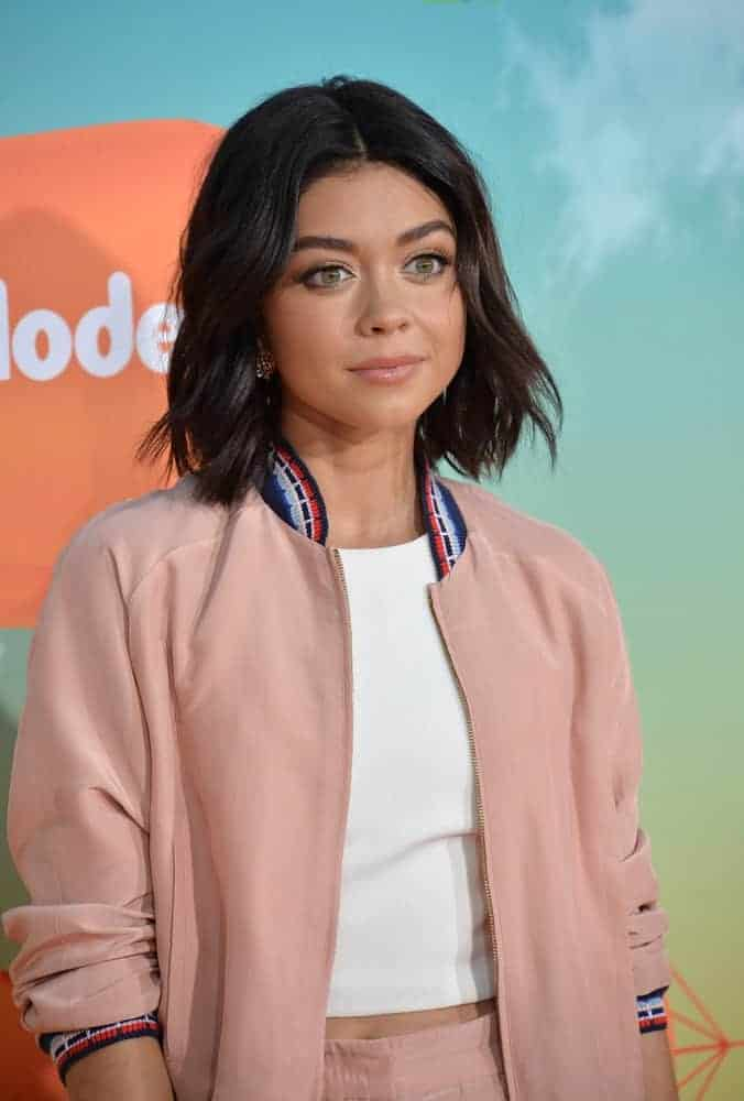 On March 12, 2016, actress Sarah Hyland was at the 2016 Kids' Choice Awards at The Forum in Los Angeles. She wore a jacket on her casual attire and paired it with a raven shoulder-length bob hairstyle with layers and waves.