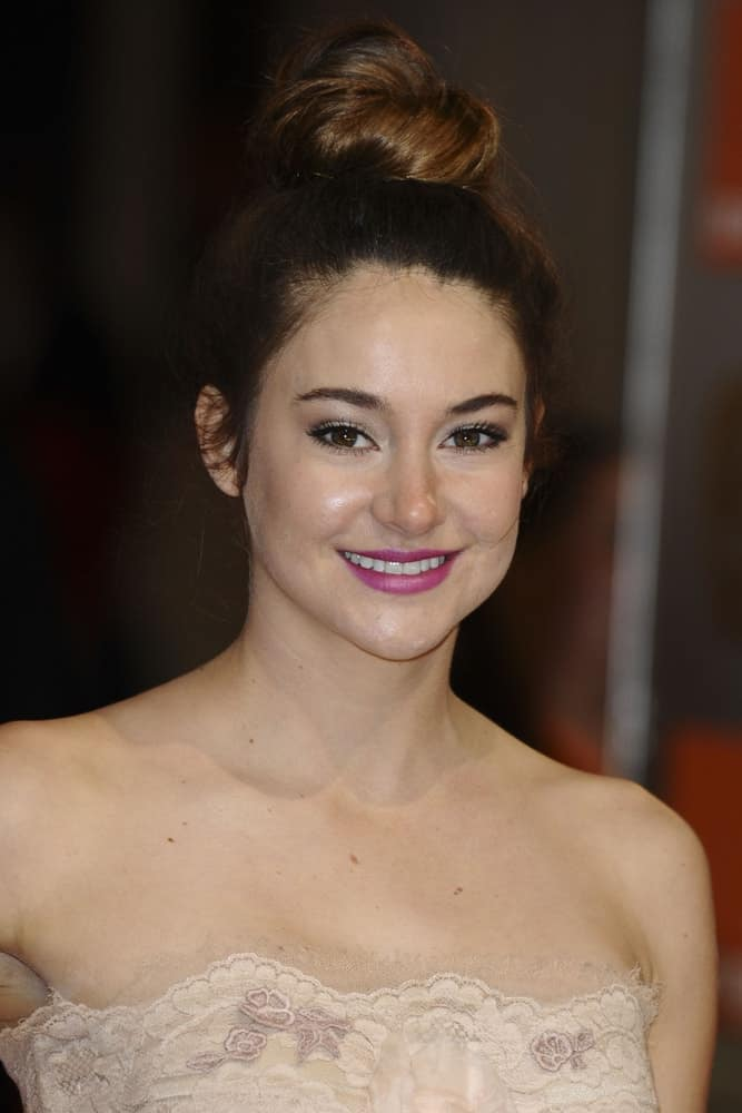 Shailene Woodley attended the BAFTA Film Awards 2012 at the Royal Opera House, Covent Garden, London on February 12, 2012. She wore an elegant and stunning strapless beige dress and topped it with a top knot bun hairstyle with highlights.