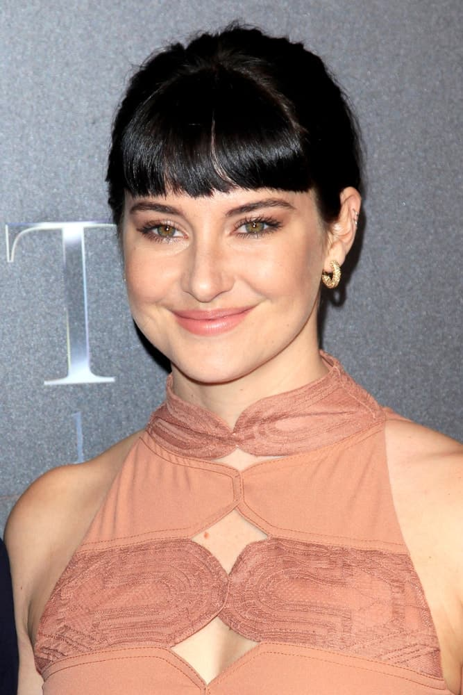 Shailene Woodley was at the 2018 CinemaCon - An Evening With STXfilms at Colosseum in Caesars Palace on April 24, 2018 in Las Vegas, NV. She wore a stunning beige dress with her raven upstyle bun hairstyle incorporated with blunt bangs.