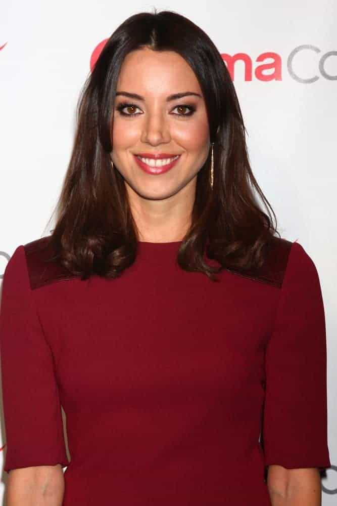 Aubrey Plaza was at the CinemaCon Big Screen Achievement Awards press room at the Caesars Palace on April 18, 2013, in Las Vegas, NV. She wore a simple red dress and paired it with a shoulder-length straight layered hairstyle.
