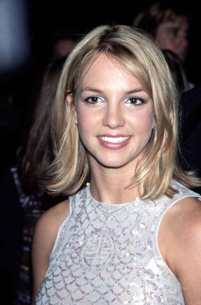The singer flaunted her short blonde hair with dark roots at the premiere of 'Drive Me Crazy' in New York City held on September 28, 1999.