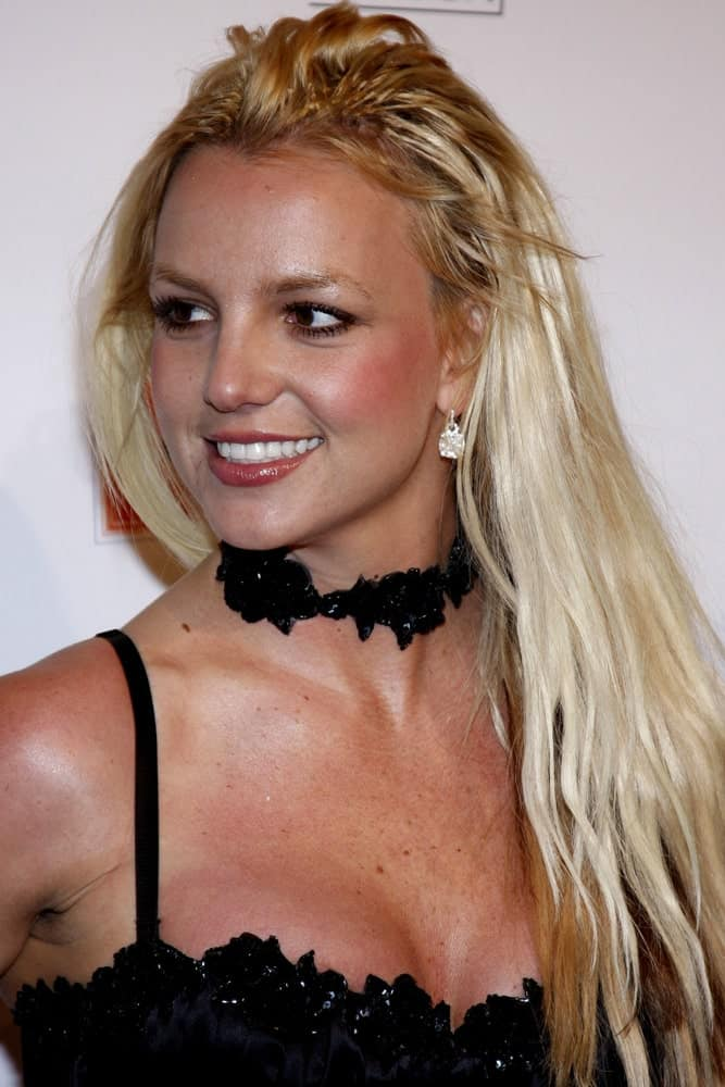 On December 1, 2007, Britney Spears attended the Scandinavian Style Mansion held at the Private Residence in Bel Air, USA with a sexy outfit that goes perfectly with her long tousled hairstyle.