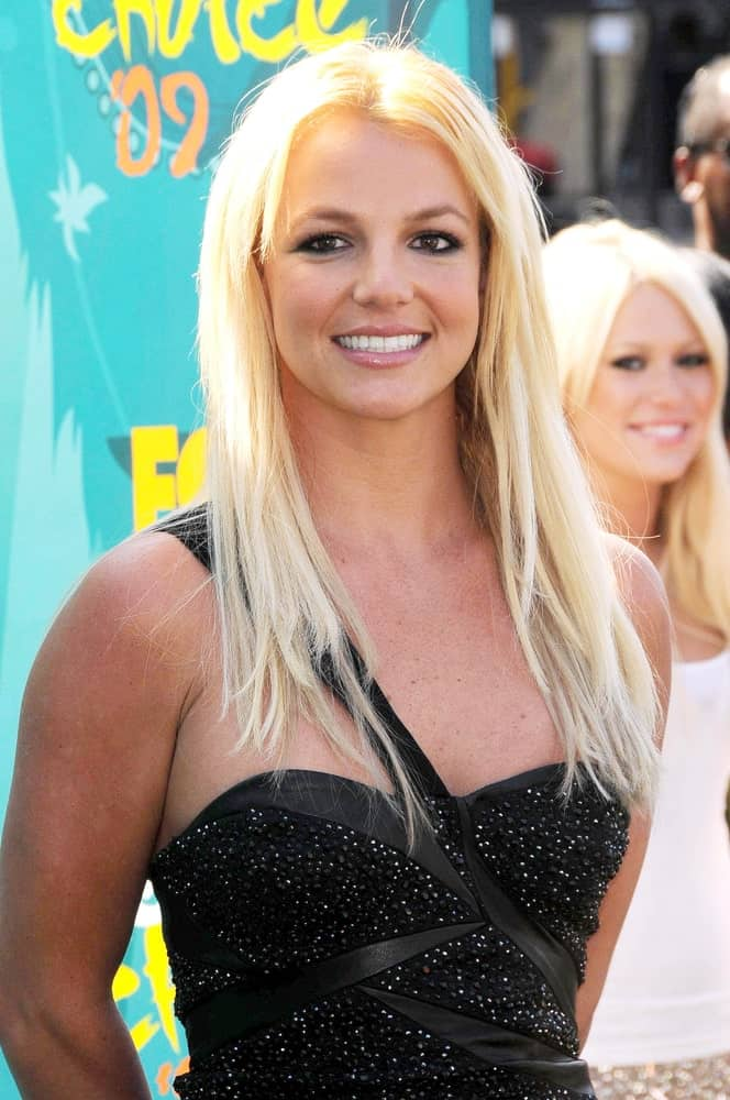 Britney Spears appeared at the Teen Choice Awards 2009 in Gibson Amphitheatre held on August 9th rocking a tousled straight hair paired with a black dress.