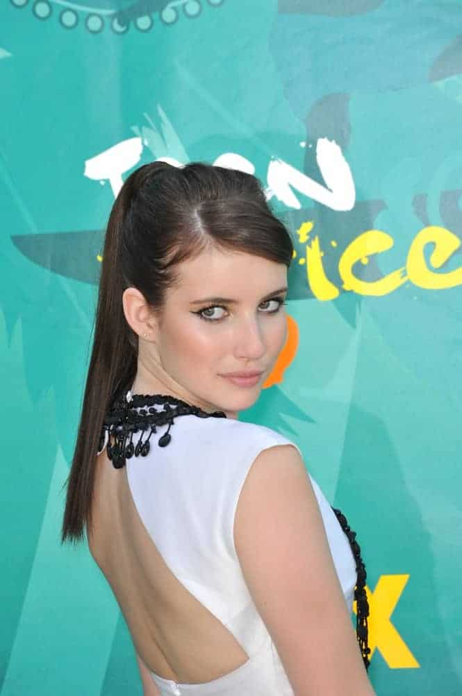 Emma Roberts attended the 2009 Teen Choice Awards at the Gibson Amphitheatre, Universal City on August 9, 2009 in Los Angeles, CA. She was charming in a white dress that she paired with her long and dark ponytail hairstyle.