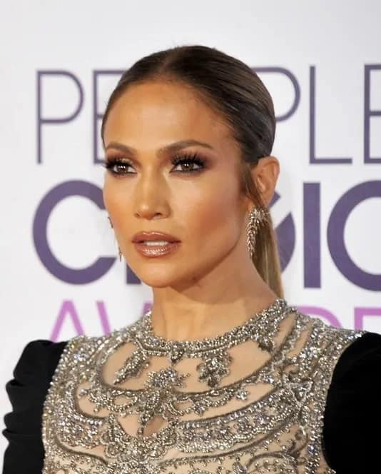 Jennifer Lopez framed her perfect face with a regular plebeian low ponytail during the People's Choice Awards 2017 on January 18, 2017.