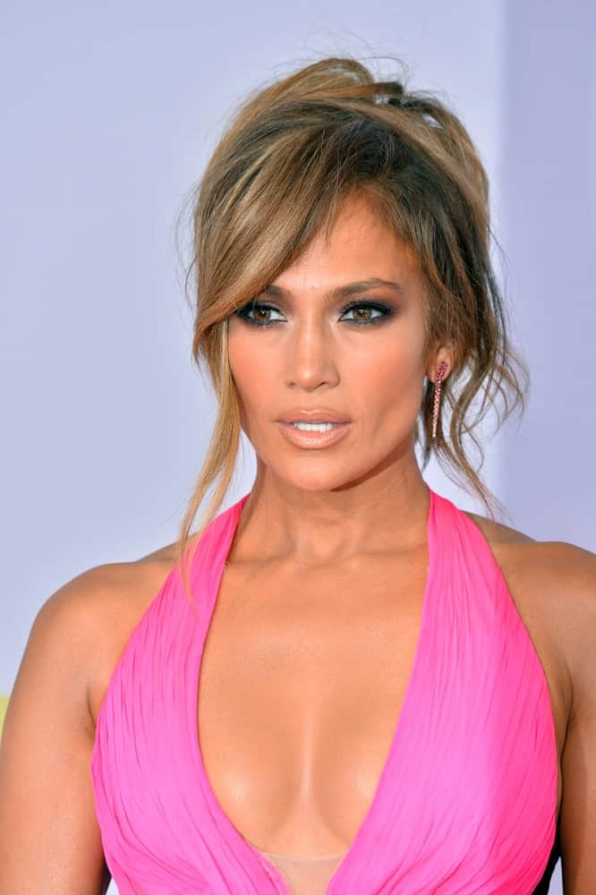 Jennifer Lopez made an appearance at the 2018 American Music Awards last October 9, 2018. She wore a pink halter dress and a messy updo with side bangs.